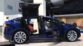 Tesla modela X totalmente eléctrico, de lujo, coche de SUV de la cruce con las puertas de abertura metrajes