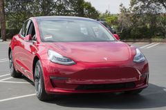 Tesla modell 3 på leveransmitten fotografering för bildbyråer