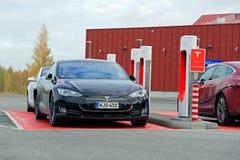 Tesla modell S Cars på en kompressorstation Fotografering för Bildbyråer