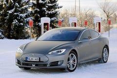 Tesla-Modell S Electric Car im Winter Lizenzfreie Stockfotografie