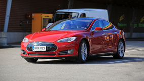 Tesla-Modell S Fully Electric Car in der Bewegung Lizenzfreie Stockfotografie