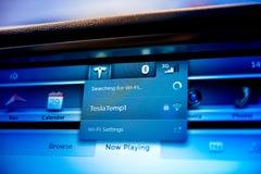 TEsla modell S som söker för Wi-Fi Royaltyfri Foto