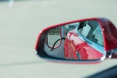 Tesla modellieren S, das an der Tesla-Überverdichterstation aufgeladen wird Stockfotos