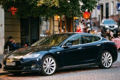 Tesla Models car in motion op Straat Tesla Models is een Full-sized alle-Elektrische vijf-Deur, royalty-vrije stock afbeeldingen