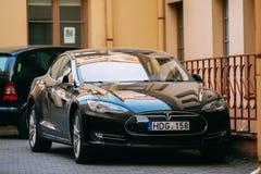 Tesla Models car in motion op Straat Tesla Models is een Full-sized alle-Elektrische vijf-Deur, royalty-vrije stock fotografie