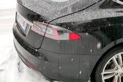 Tesla Modeluje S płatków śniegu zimy spada śnieżnego dzień Paryż Zdjęcia Royalty Free