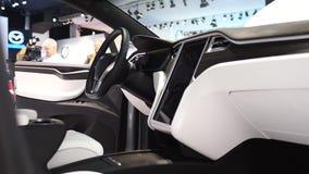 Tesla Modelx al elektrisch, luxe, de autobinnenland van oversteekplaatssuv stock footage