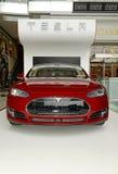 Tesla motorer modellerar S på skärm i New York Royaltyfri Bild
