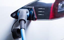 Tesla samochodowy ładować z elektrycznym sznurem czopującym wewnątrz zdjęcie stock