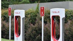 Tesla Supercharger Auto stacje zdjęcie royalty free