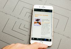 Tesla supercharger mapa na iPhone 7 Plus podaniowy oprogramowanie zdjęcia royalty free