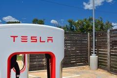 Tesla Supercharger stacja w Shamrock, Teksas Fotografia Stock