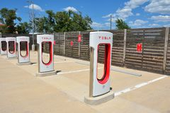 Tesla Supercharger stacja w Shamrock, Teksas Obraz Royalty Free
