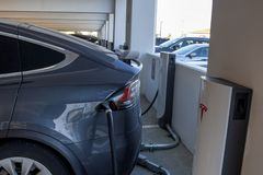 Tesla uppladdningsstation royaltyfri foto