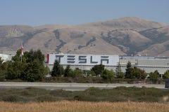 Tesla viaja de automóvel a fábrica Fotos de Stock Royalty Free