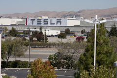 Tesla viaja en automóvili la fábrica Imagen de archivo