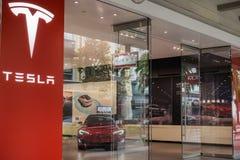 Tesla visningslokal i den Santana raden, shoppingområdet av San Jose, San Francisco Bay område Royaltyfri Bild