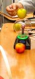 Teslaeffect met appel Stock Foto's