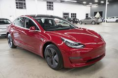 Teslamodel 3 in Leveringscentrum Stock Fotografie