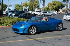 Teslaopen tweepersoonsauto bij de Supercar-Zondagelektrische voertuigen Royalty-vrije Stock Foto's