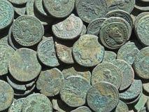 Tesoro antico della moneta Soldi rotondi di rame timbrati fotografie stock libere da diritti