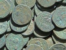 Tesoro antico della moneta Soldi rotondi di rame timbrati fotografia stock libera da diritti