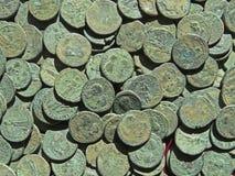 Tesoro antico della moneta Soldi rotondi di rame timbrati fotografie stock