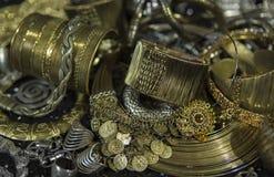 Tesoro, montón de la joyería nupcial de oro oriental hermosa (Indi Fotos de archivo