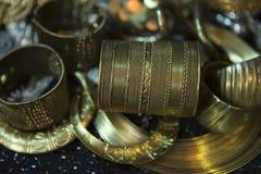 Tesoro, montón de la joyería nupcial de oro oriental hermosa Indi Fotos de archivo libres de regalías