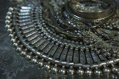 Tesoro, montón de la joyería nupcial de plata oriental hermosa Indi Imagen de archivo libre de regalías