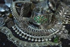 Tesoro, montón de la joyería nupcial de plata oriental hermosa Indi Foto de archivo libre de regalías