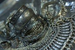 Tesoro, montón de la joyería nupcial de plata oriental hermosa Indi Fotos de archivo libres de regalías