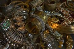 Tesoro, sistema de joyería nupcial del oro oriental hermoso y x28; Indio, Fotos de archivo libres de regalías