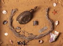 Tesoros y tesoro en la arena Foto de archivo