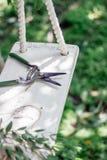 Tesoura de podar manual do jardim ou tesouras ou secareurs em um balanço feito à mão fotos de stock