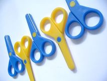 Tesouras azuis & amarelas fotos de stock royalty free