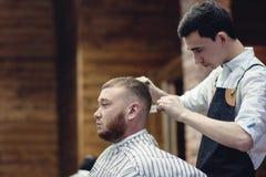 Tesouras da cabeça de corte do cabelo O cabeleireiro dos homens foto de stock