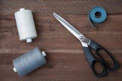 Tesouras da linha de costura e medidor do alfaiate fotografia de stock