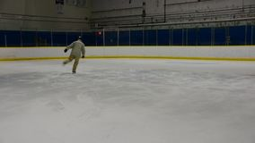 Tesouras de execução do skater de gelo vídeos de arquivo
