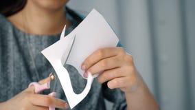 Tesouras de utilização de papel do corte da mulher video estoque