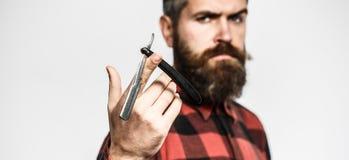 Tesouras do barbeiro e lâmina reta, barbeiro Homem farpado, barba longa, moderno brutal, caucasiano com bigode mens fotos de stock