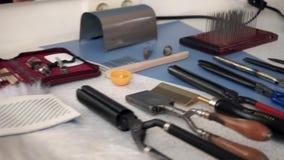 Tesouras do cabeleireiro e acessórios do barbeiro no salão de beleza filme