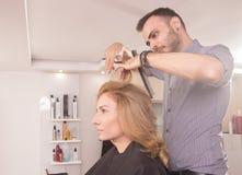 Tesouras do cabelo da mulher do corte do cabeleireiro da vista lateral Imagens de Stock Royalty Free