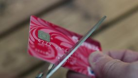 Tesouras do cartão de crédito do corte video estoque
