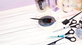 Tesouras do corte do cabelo, pentes, tintura de cabelo e cosméticos profissionais Imagem de Stock