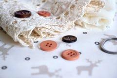 Tesouras e botões com fita do laço imagens de stock