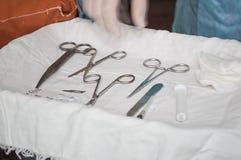 Tesouras e grampo médicos imagem de stock