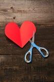 Tesouras, e o coração do papel Imagem de Stock