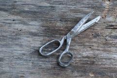 Tesouras em uma madeira Fotografia de Stock Royalty Free