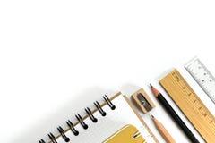 Tesouras, lápis, clipes de papel, nota, grampeador e notepa das fontes imagens de stock royalty free